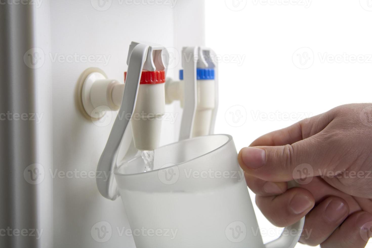 enfriador de blanco con botella de agua en blanco. foto