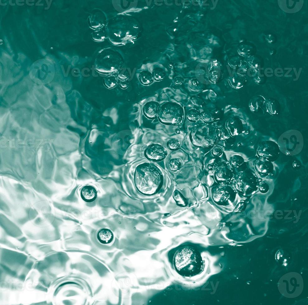 burbuja azul en el agua limpia transparente foto