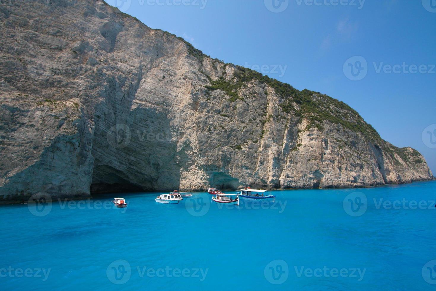 Bahía navagio - barcos en aguas azules foto