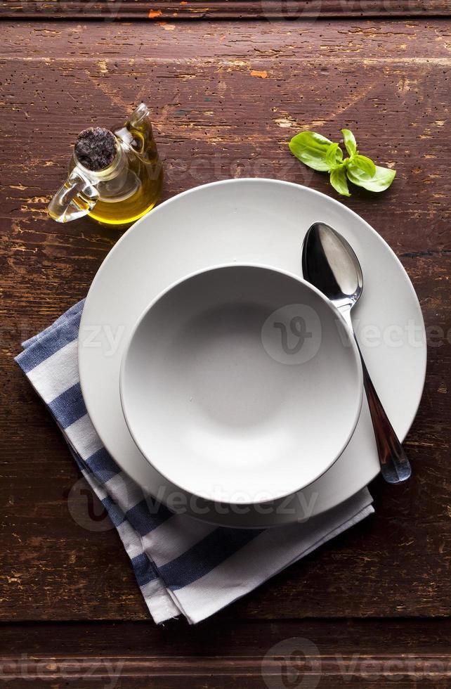 nabor tarelok na stole dlya fonaa juego de platos foto