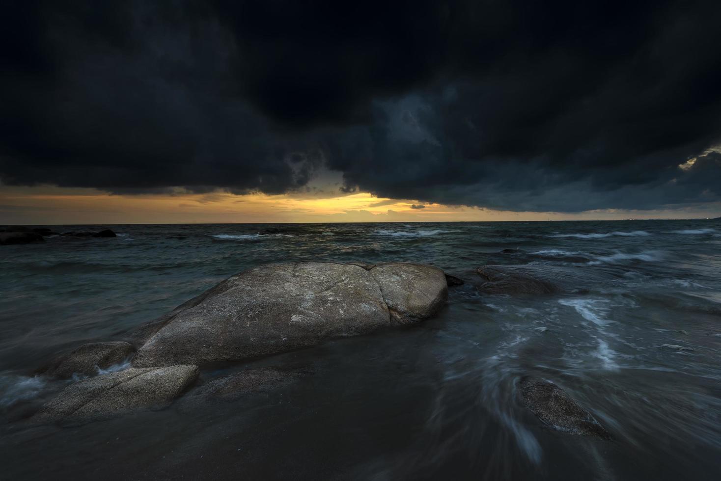 tormenta antes del atardecer en el mar foto