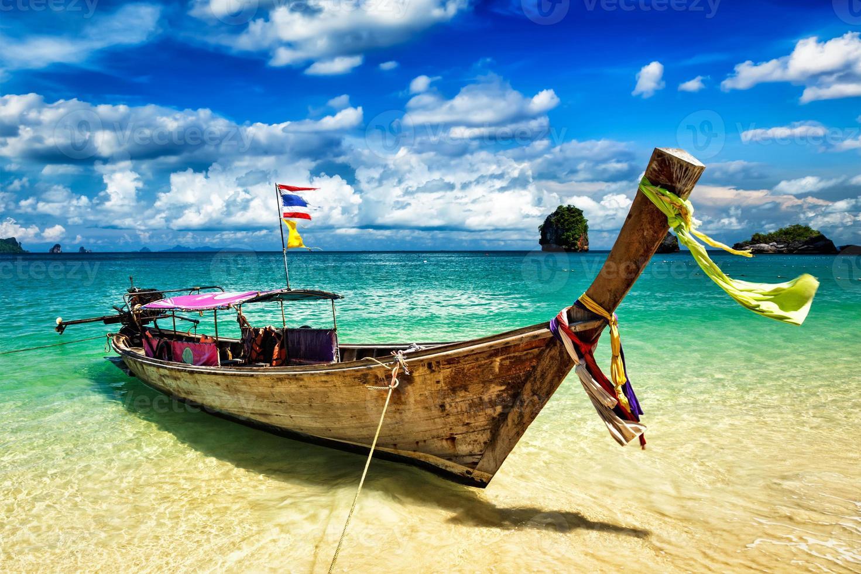 Barco de cola larga en la playa, Tailandia foto
