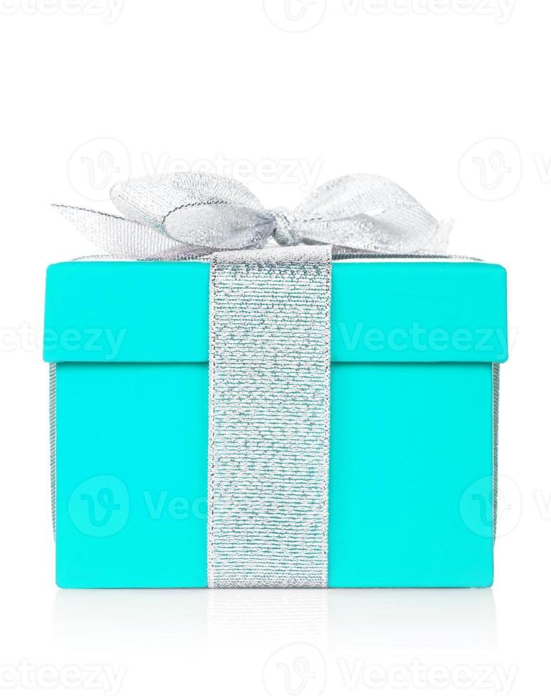 caja de regalo azul con lazo plateado y lazo foto