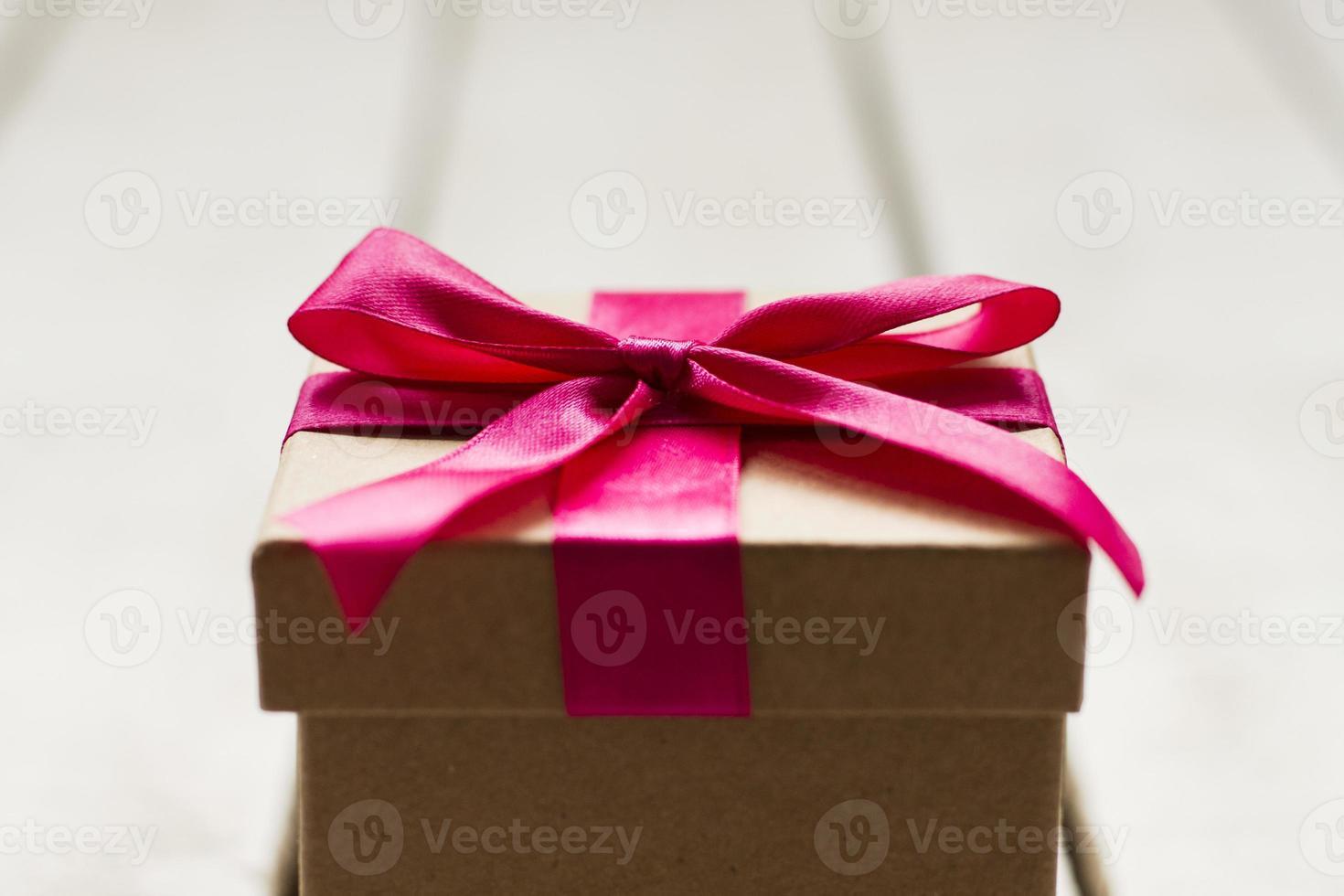 Cerca del regalo de Navidad con cinta rosa foto