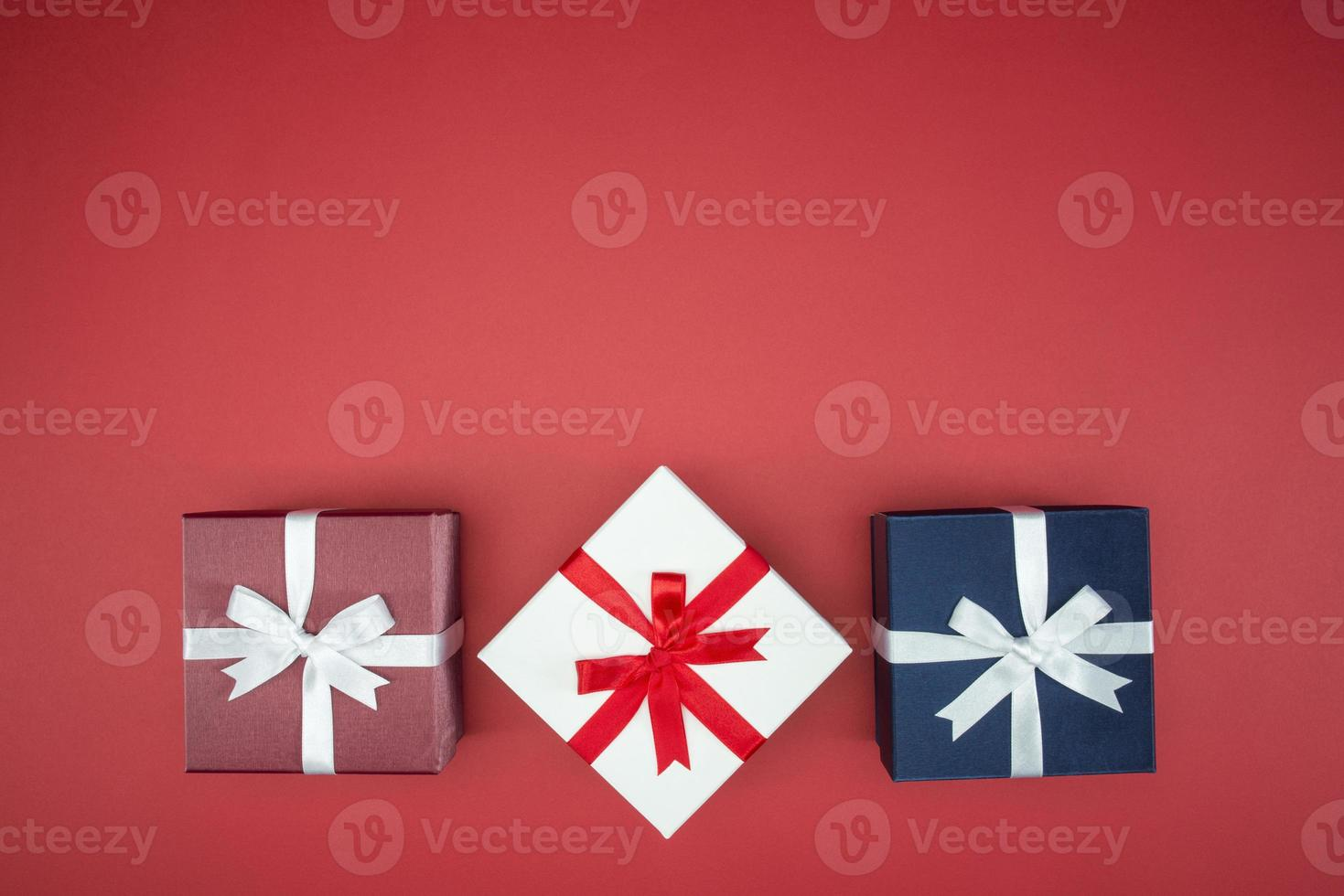 caja de regalo colorida para envoltura de seda foto