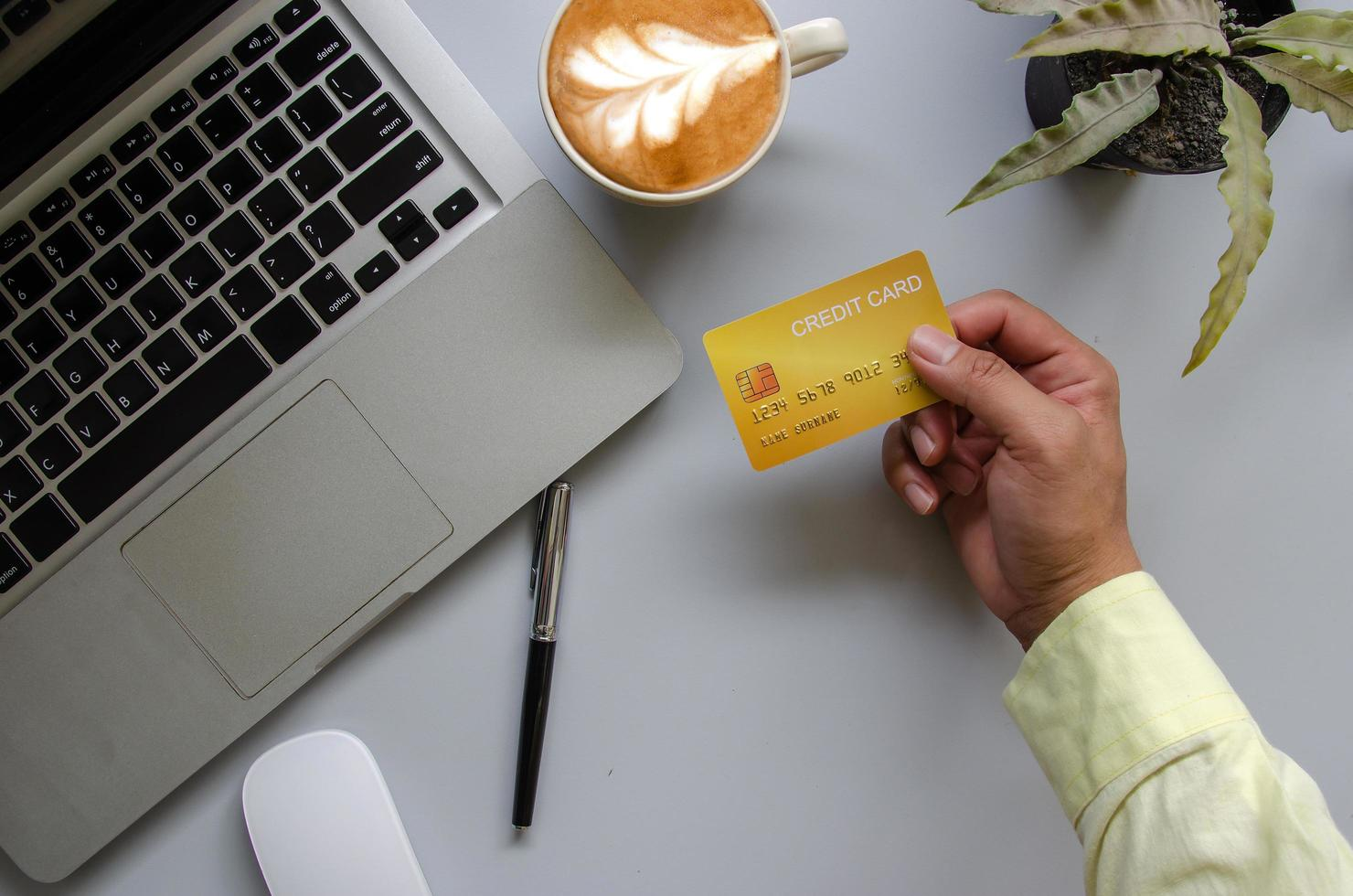 mano sosteniendo tarjeta de crédito foto