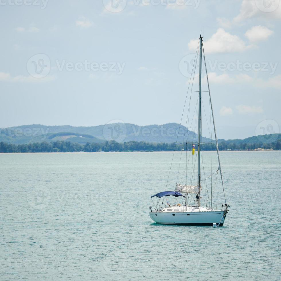 velero en mar azul abierto foto