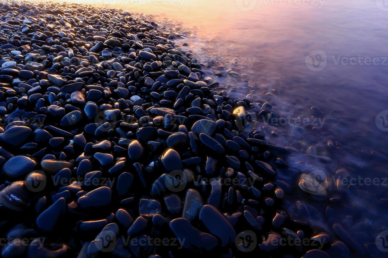 crepúsculo: una isla de suaves rocas pulidas foto