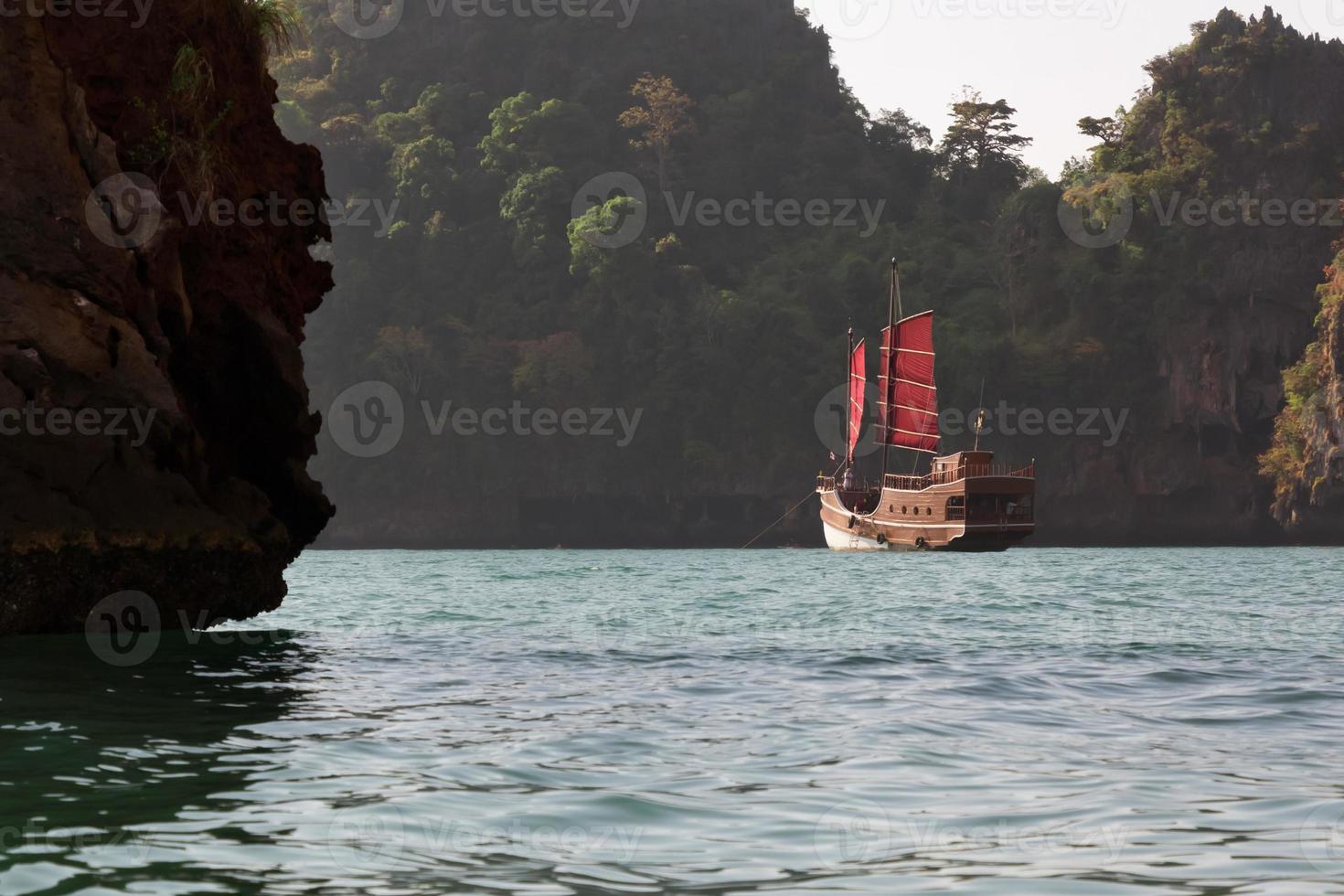 barco de pasajeros estilo pirata en tailandia foto
