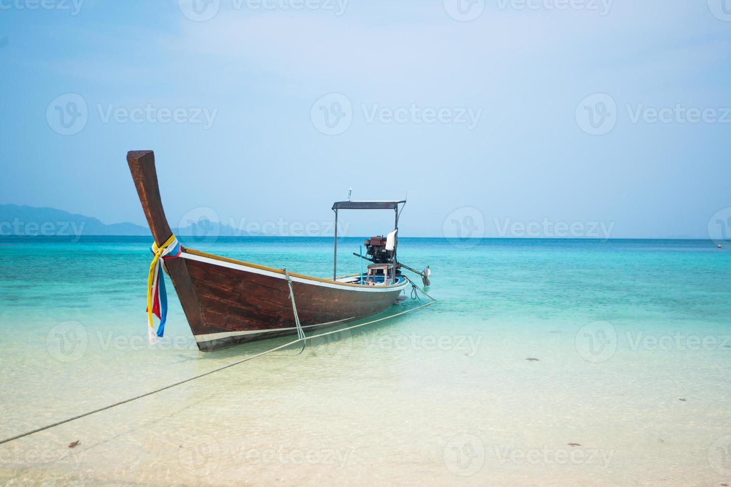 Barco largo y playa tropical, mar de Andaman, Tailandia foto