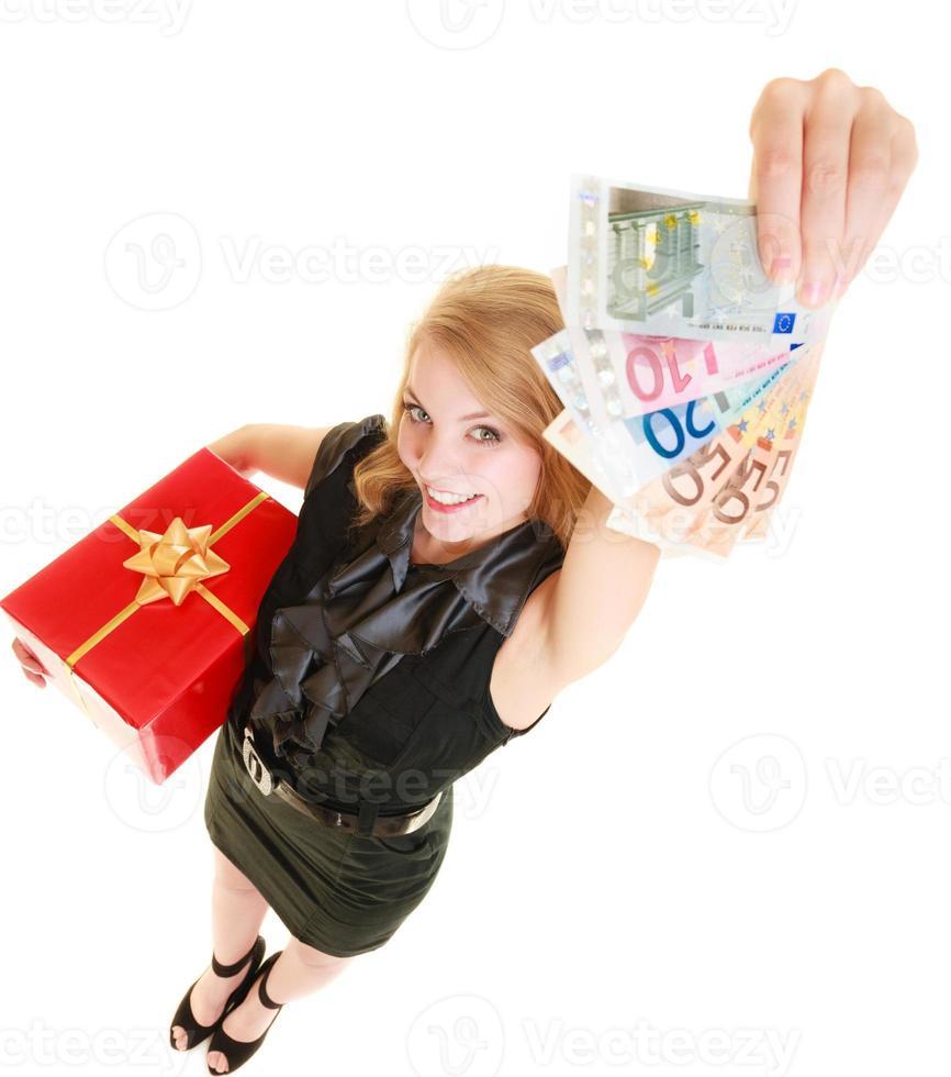 vrouw met geschenkdoos en eurobankbiljetten. foto