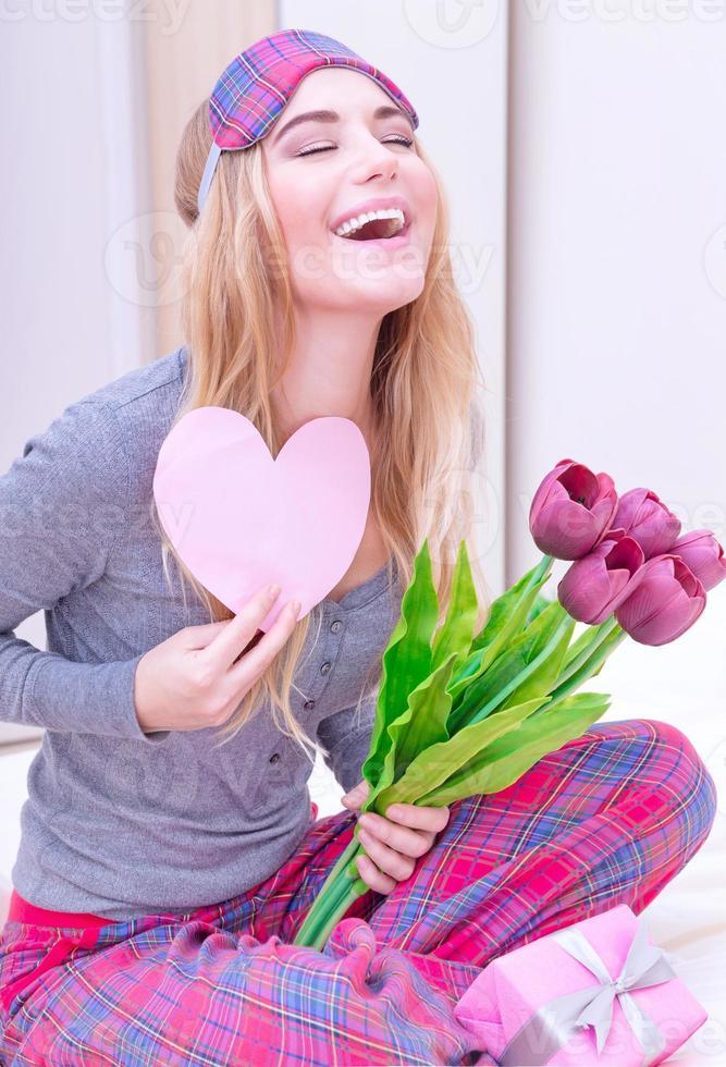 aufgeregte Frau mit romantischem Brief foto