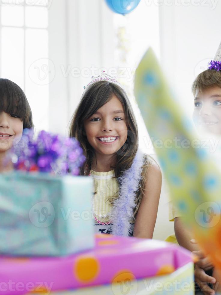 meisje met verjaardagscadeautjes op de voorgrond foto