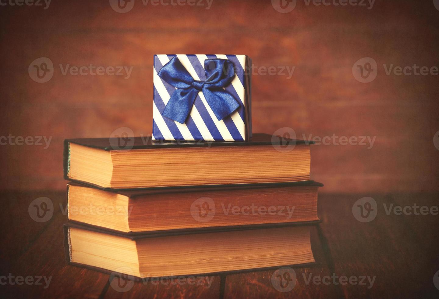 boeken met geschenkdoos foto