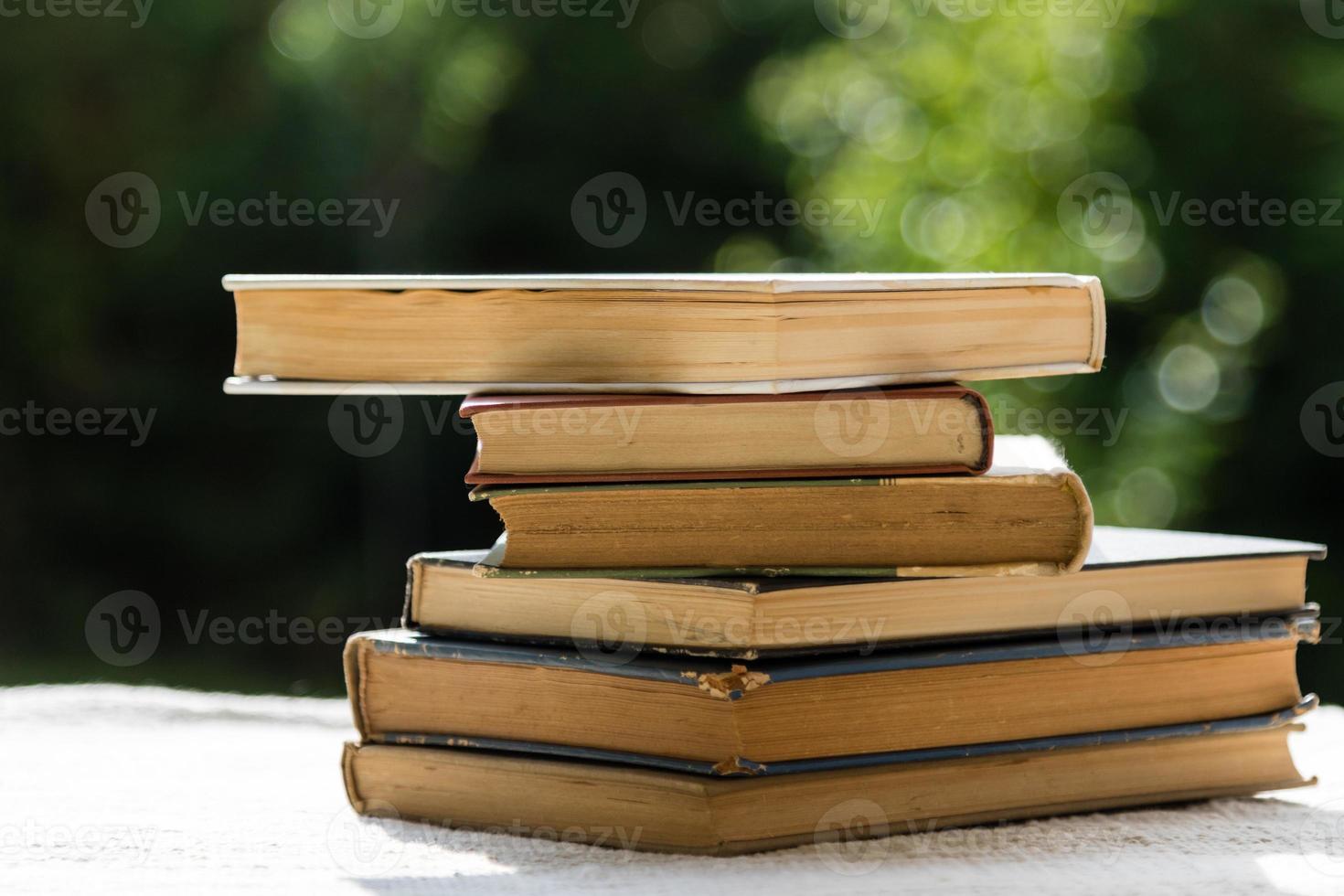pila de libros viejos foto