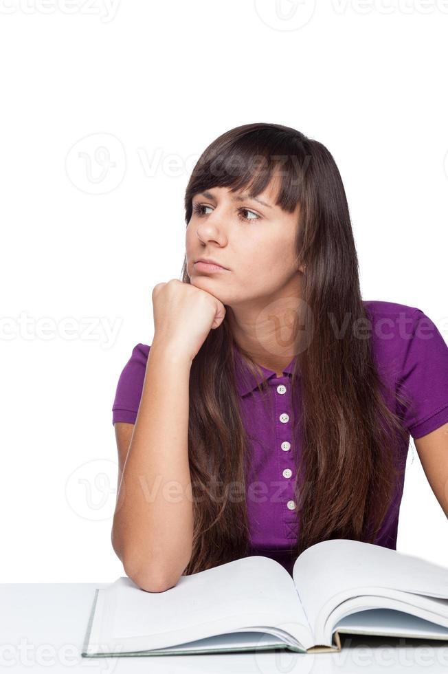 fille réfléchie avec livre photo