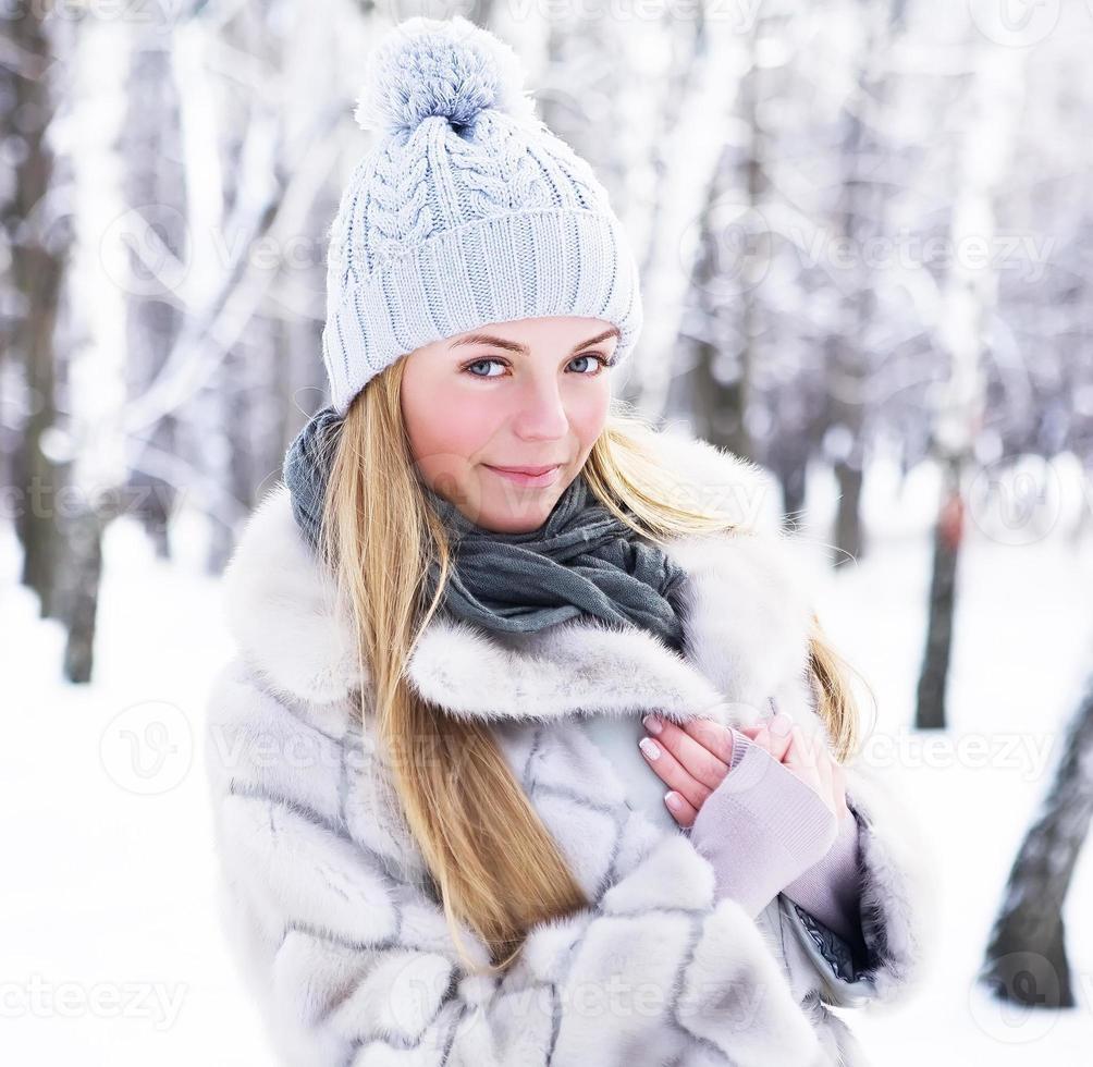 mooi meisje poseren in het winterpark foto
