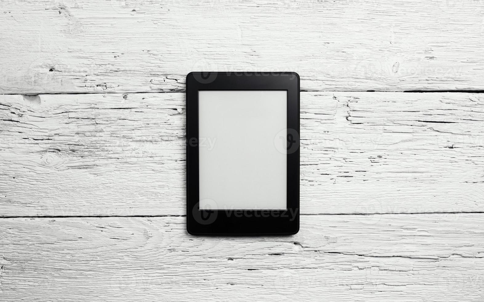 Lecteur e-book ou tablet pc sur fond de bois photo