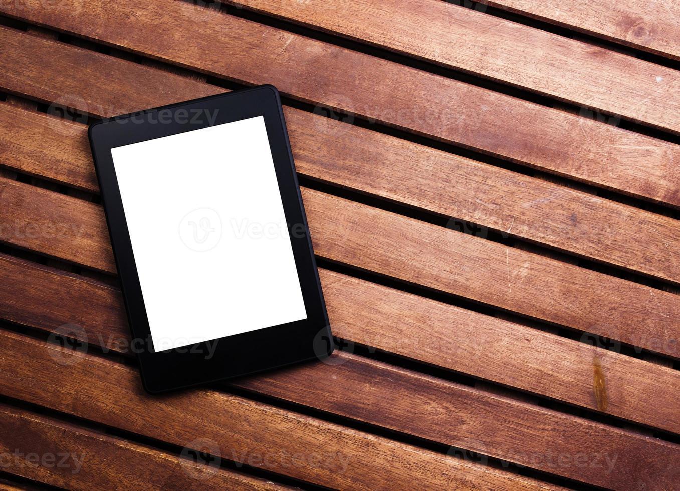 e-book reader of tablet pc op houten achtergrond foto