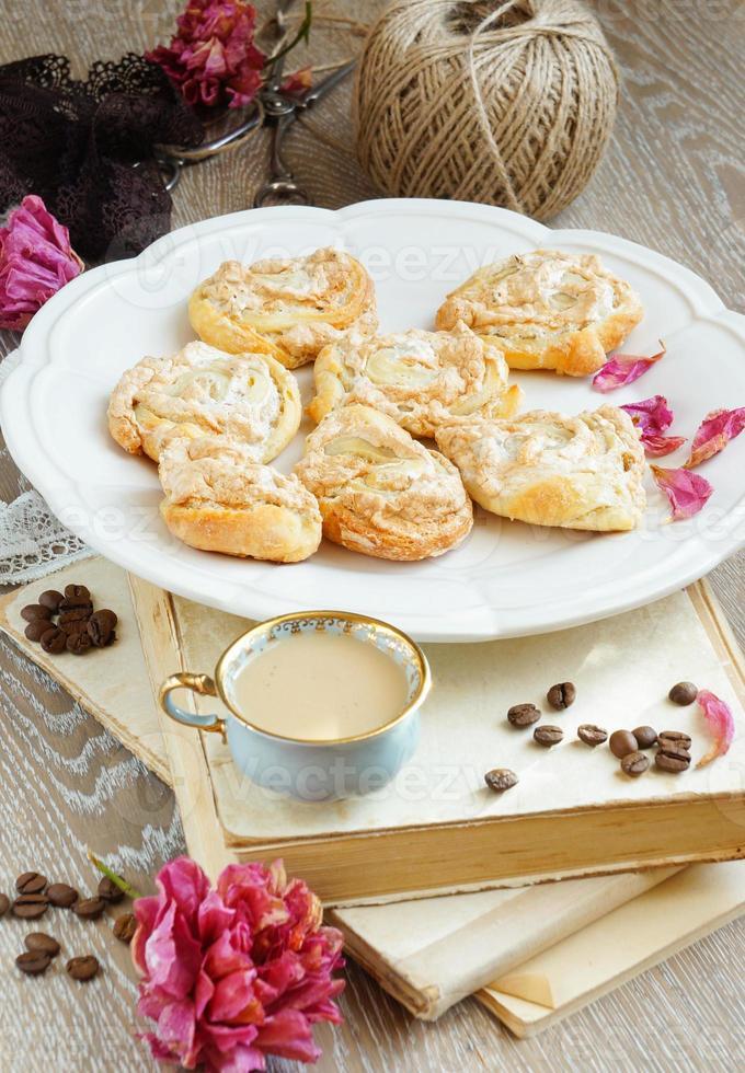 biscuits meringués de caillé sous forme de roses photo