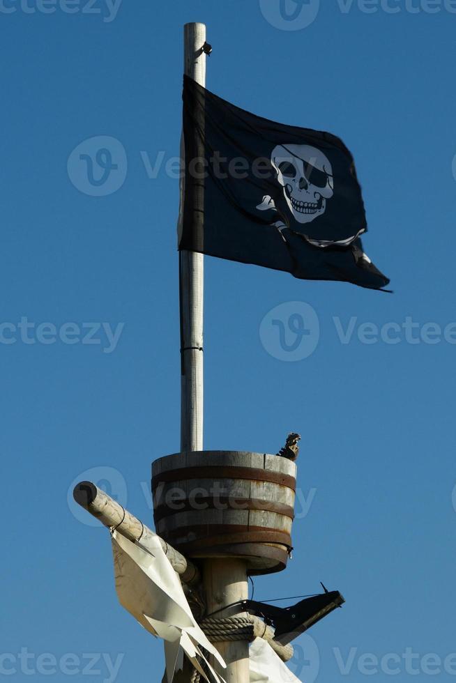 Drapeau pirate jolly roger sur un mât photo