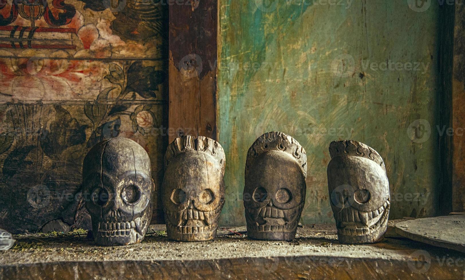 calaveras talladas en madera foto