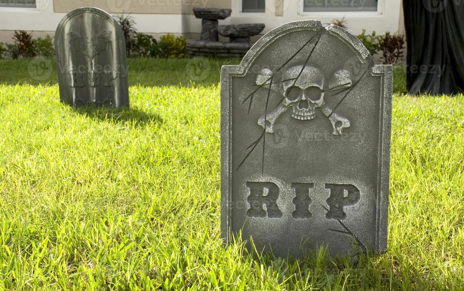 déchirer la pierre tombale sur la pelouse photo