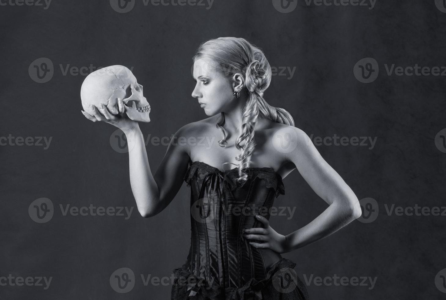 linda mulher com uma caveira, preto e branco foto