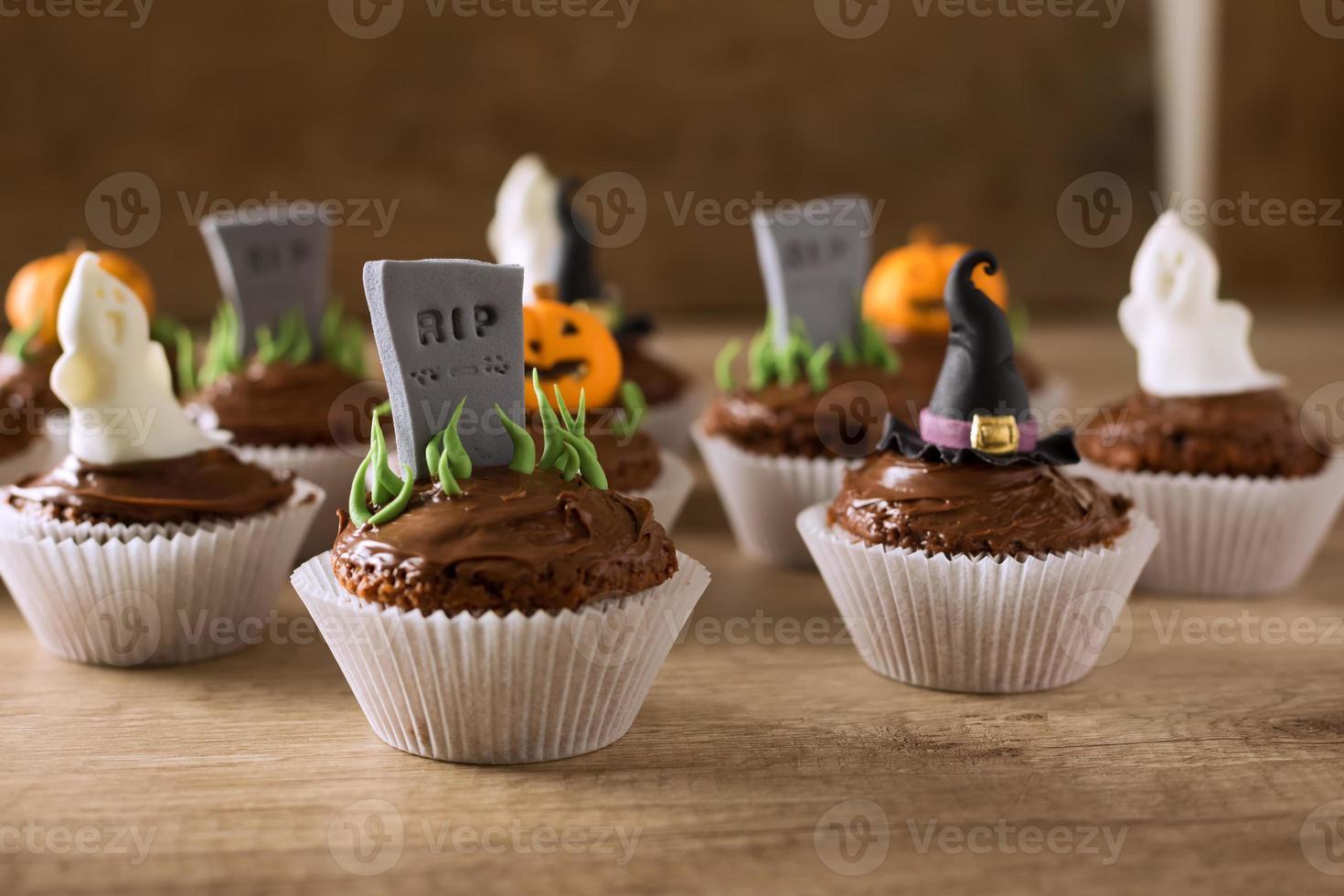 groep helloween cupcakes op houten tafel foto