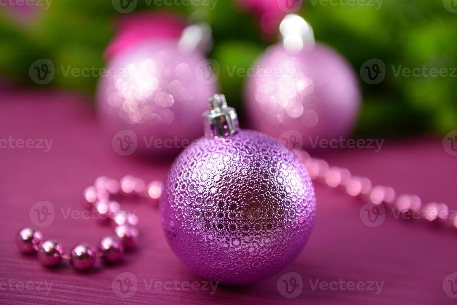 kerstballen op dennenboom, op kleur achtergrond foto