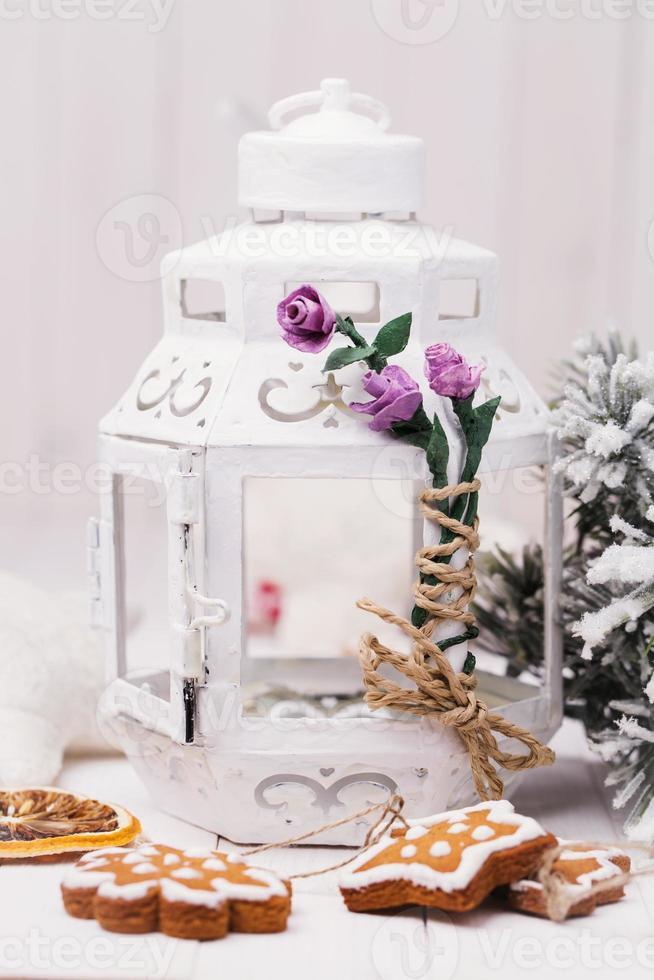 decoratieve verlichting en kerstkoekjes foto