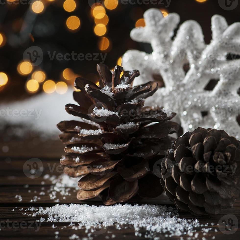 tarjeta de navidad con nieve y bolas foto