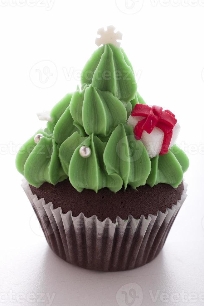cupcake de árvore de natal em fundo branco foto