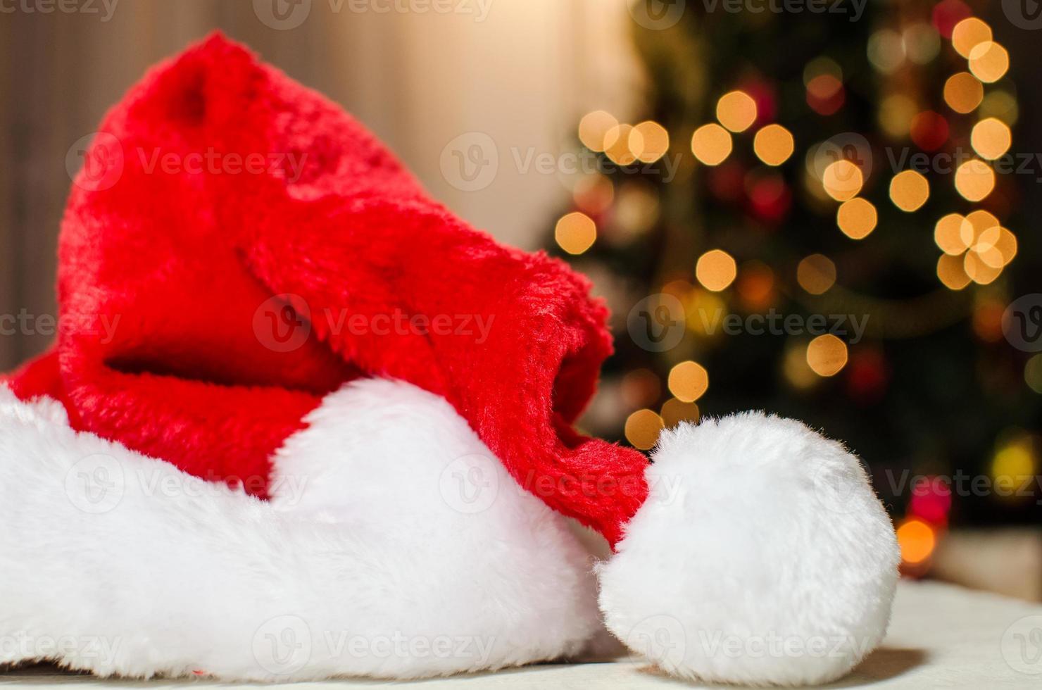 kerstman hoed bij de kerstbomen foto