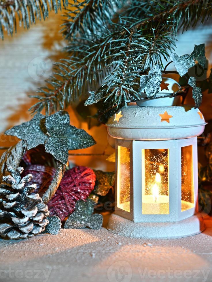 linterna de navidad en la noche en la nieve foto