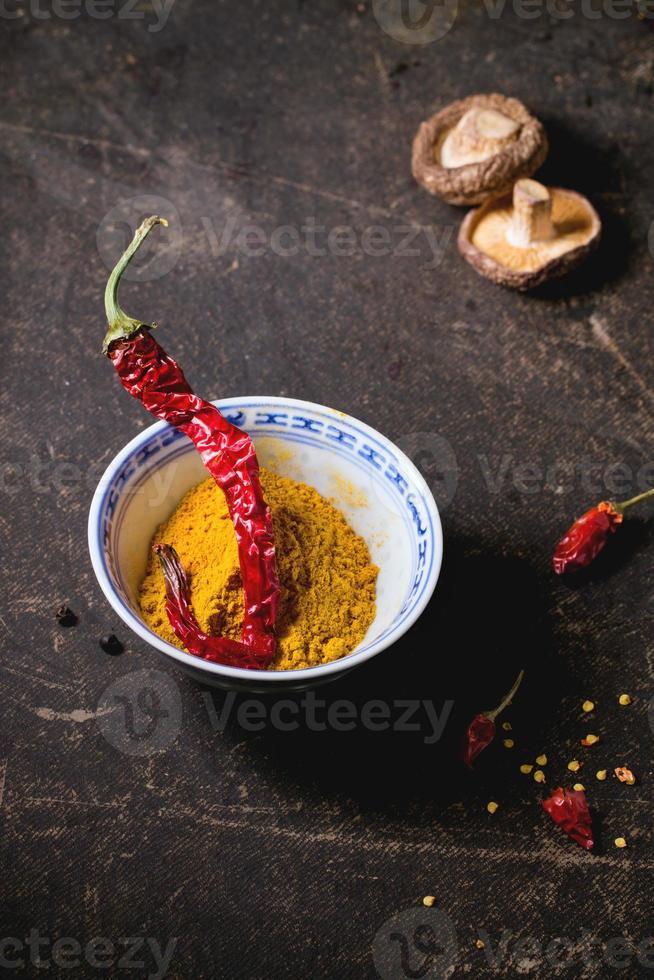 kurkuma poeder en roodgloeiende chilipeper foto