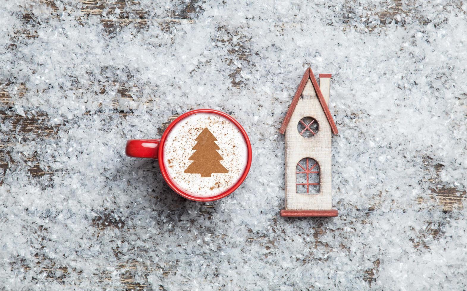cappuccino met kerstboom vorm en speelgoed huis op kunstmatige foto