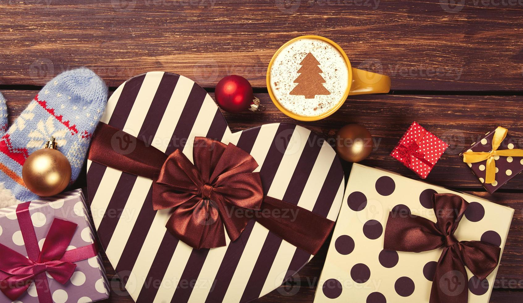 cappuccino com formato de árvore de natal e presentes foto