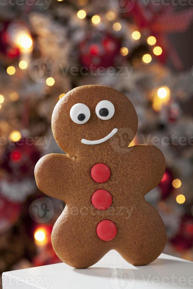 gingerbread man close up albero di natale in background foto