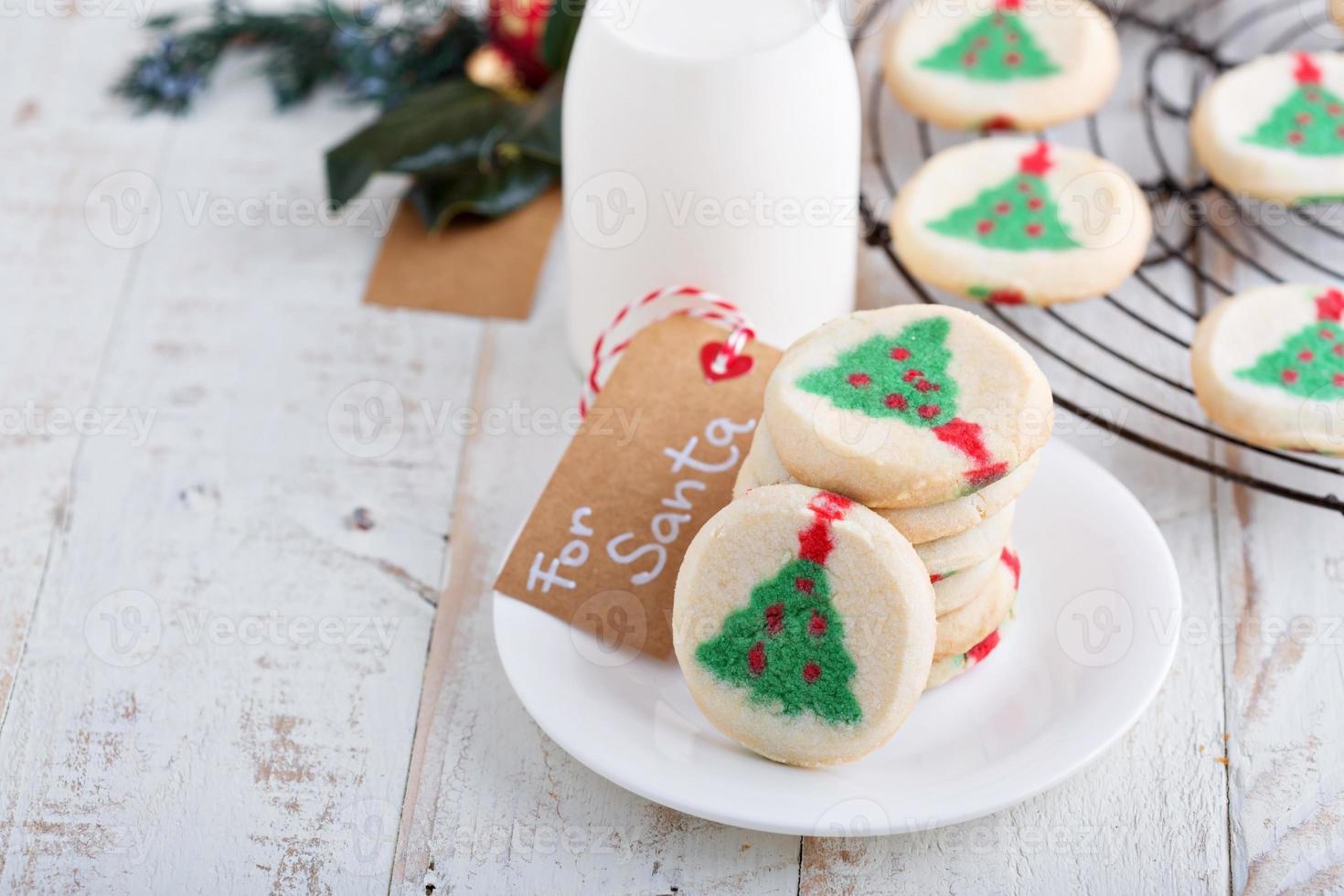 galletas de árbol de navidad con leche foto