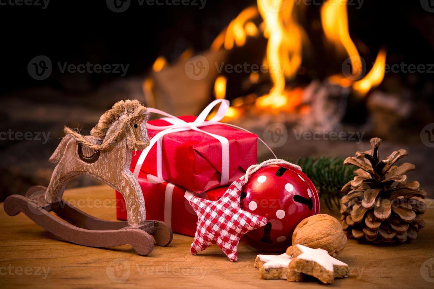 Kersttafereel met boomgiften foto
