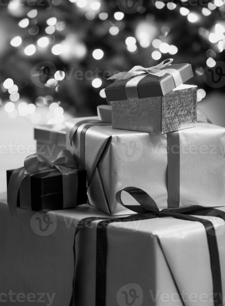 Photo monochrome de coffrets cadeaux de Noël allongé sur le sol
