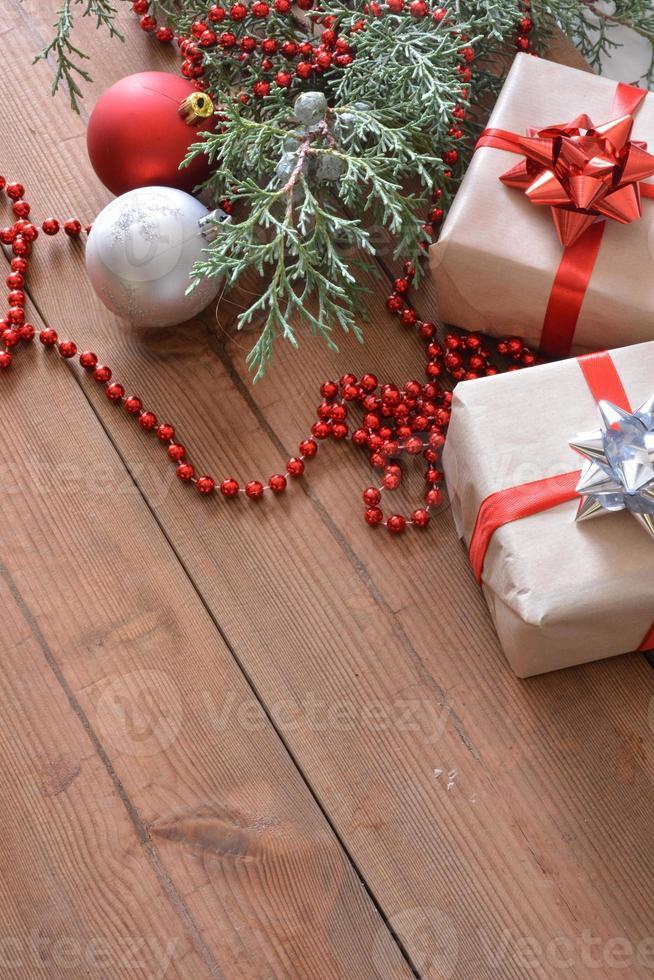 adornos navideños acompañados de regalos foto