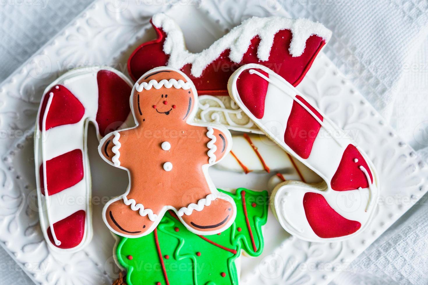 biscoitos de natal em fundo rústico de madeira foto