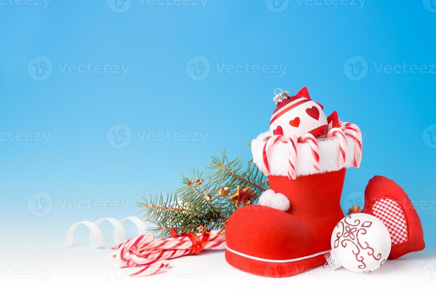 santa's laars en kerstsnoepjes foto