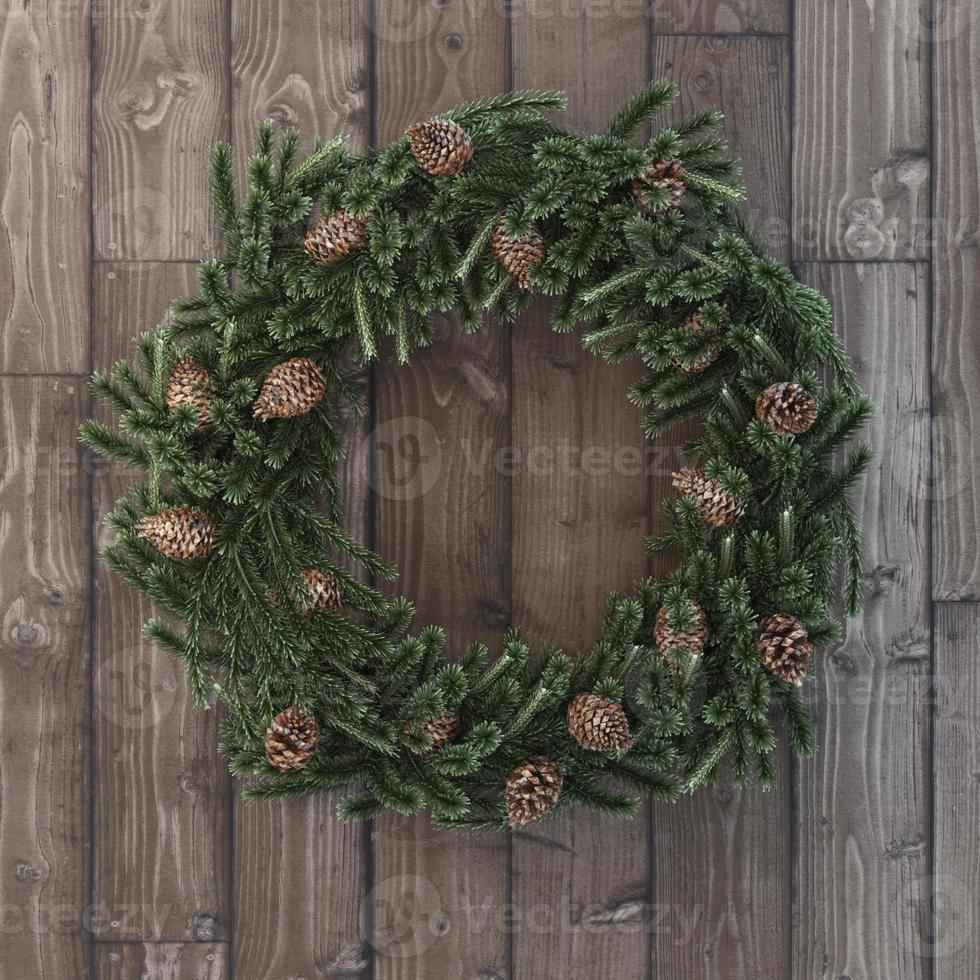 Weihnachtsschmuck mit Zapfen auf Holz foto