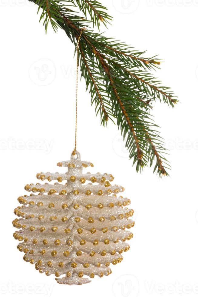 Decoración navideña blanca colgando de la rama foto