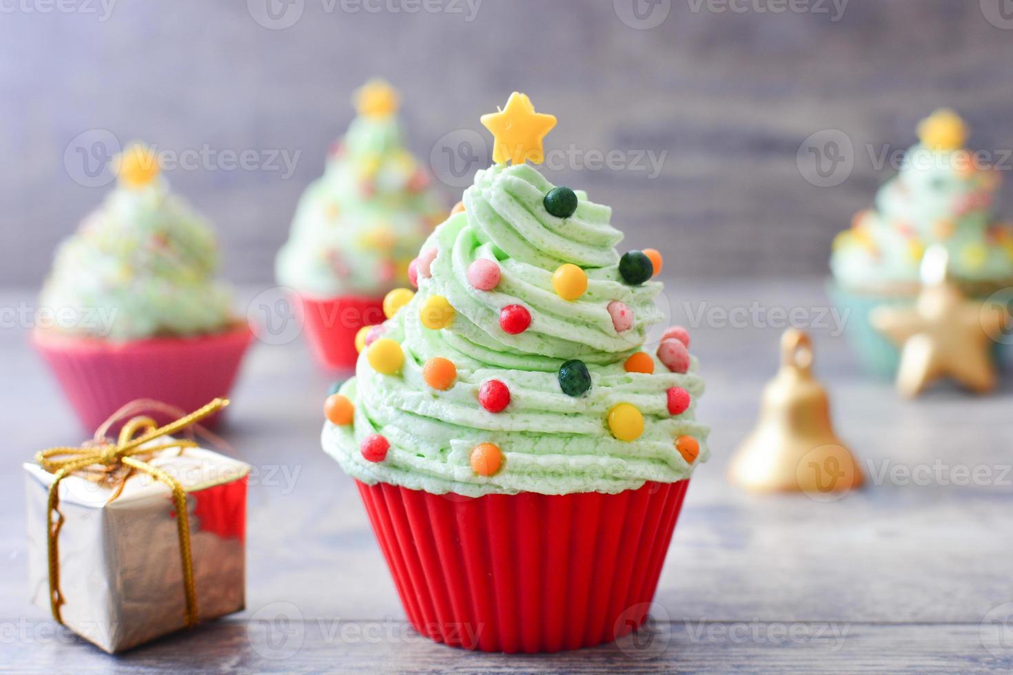 cupcakes con forma de árbol de navidad foto