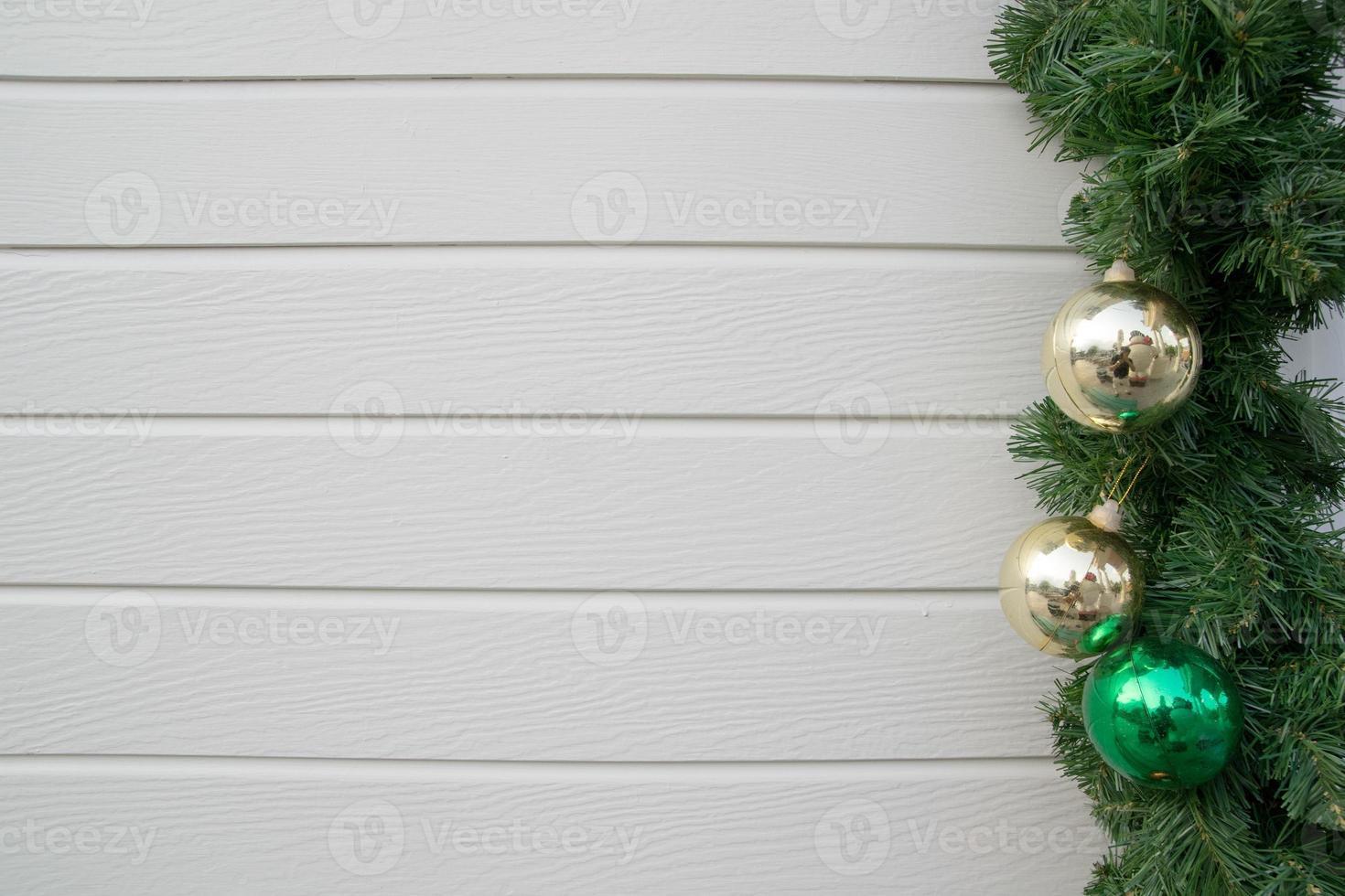 árbol de navidad decorado sobre fondo de pared de madera foto