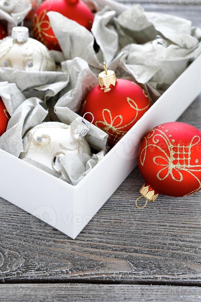 bolas de navidad en una caja foto